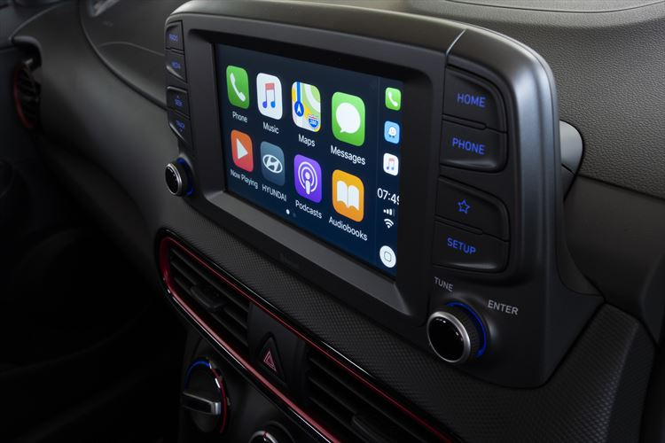 kona_interior_red_theme_carplay_01_880x500